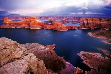 신기루처럼 사막에 존재하는 민물바다, 미국 서부의 파웰 호수 이미지 1