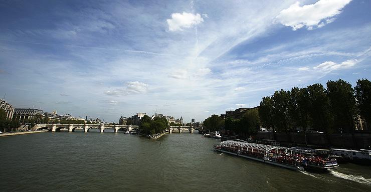 센강의 다리는 개성과 사연이 다르다. 생 미셸, 퐁네프 다리 등이 파리가 태동한 시테섬과 센강변을 잇고 있다.
