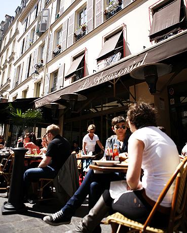 센강변 어느곳에서나 여유를 즐기는 파리의 청춘들을 만나게 된다.