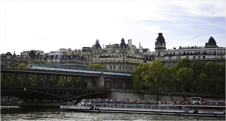 비라켕 다리는 전철과 보행자가 위아래로 오가는 복합적인 구조다.