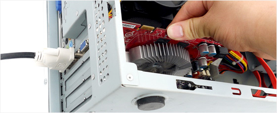 그래픽카드는 디지털 데이터를 영상 신호로 바꿔 모니터로 전송하는 장치다.