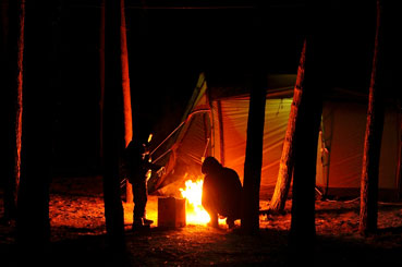 송림 사이트. 밤이 되자 모닥불이 환하게 피어오른다. <사진:이윤정 기자>