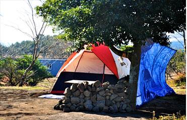 모구리야영장 풍경은 이국적이다. 텐트 앞 제주의 '바람'을 막을 요량으로 '돌'을 사용했다. <사진:이윤정 기자>
