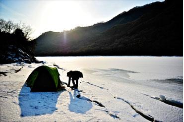 갈론마을 선착장 옆에 텐트를 치고 있다. <사진:이윤정 기자>