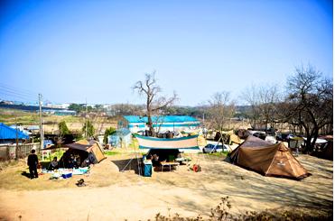 아산기쁨두배마을 캠핑장. 마을 뒷산과 공터의 공간을 이용해 캠핑장이 조성됐다.<사진:이윤정 기자>