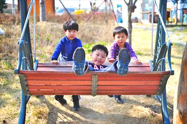 캠핑을 온 아이들이 마을 체험관 앞에 설치된 그네를 타고 있다.<사진:이윤정 기자>