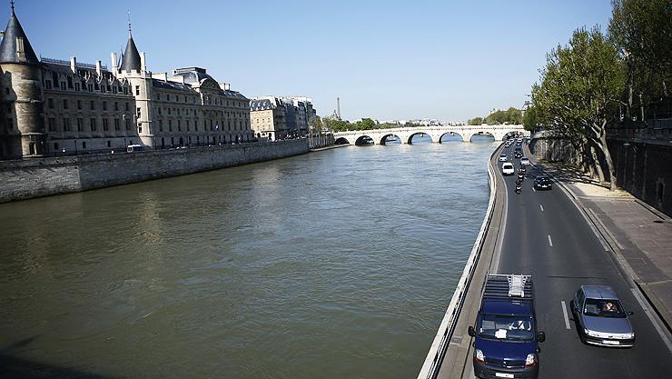 센강은 파리의 역사와 예술을 간직한 채 유유히 흐른다.