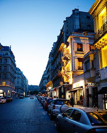 파리의 번화가인 샹젤리제 뒷골목의 야경.