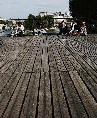 보행자 전용이며 '예술의 다리'로 불리는 퐁데자르 다리.
