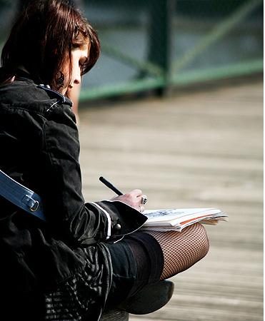 퐁데자르 다리 위에서는 스케치북과 시집 한 권을 들고 나선 아마추어 예술가들을 만나게 된다.