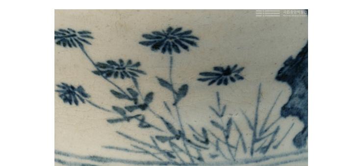 좌측의 청초한 꽃들이 미풍에 자연스레 흔들리듯이 사선과 수직을 이루어 감상자의 시선이 가지 위 새들과 부드럽게 연결된다.